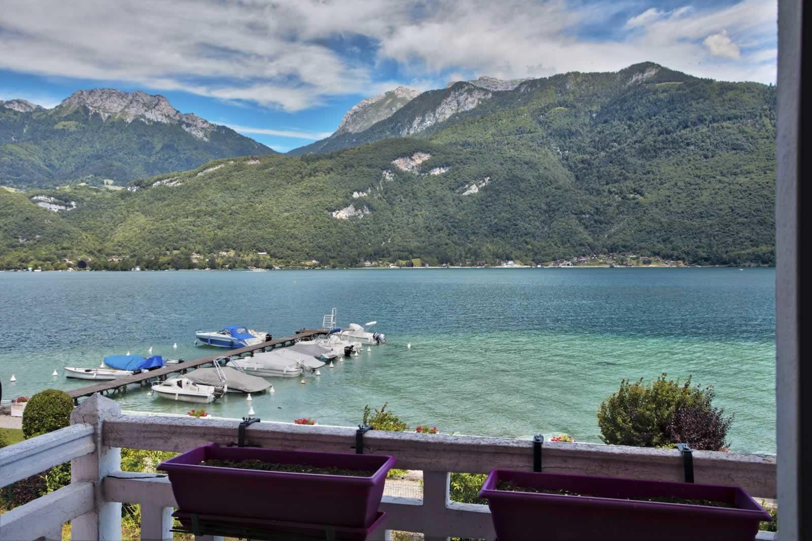 charmant appartement au bord du lac d annecy vendre doussard avec vue sublime sur le lac. Black Bedroom Furniture Sets. Home Design Ideas