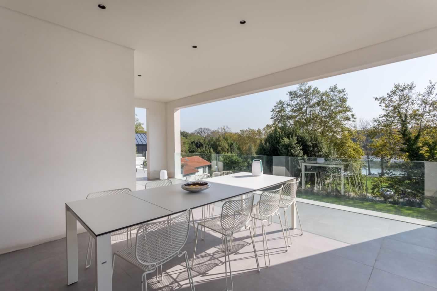 belle-maison-architecte-a-vendre-biarritz-vue-lac-marion-terrasse-baies-vitrees-piscine-chauffee-garage-parking
