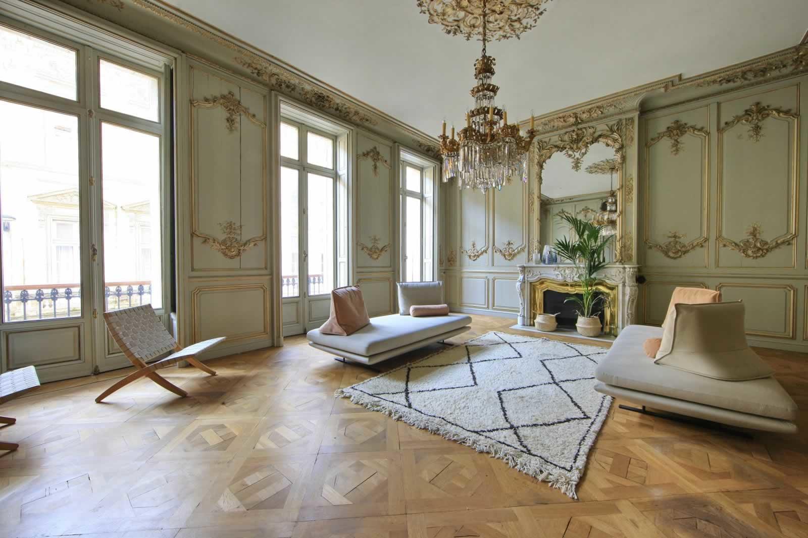 appartement-exceptionnel-a-vendre-a-bordeaux-proximite-du-grand-theatre-opera-3-chambres-balcon-filant-cheminee-parquet-garage