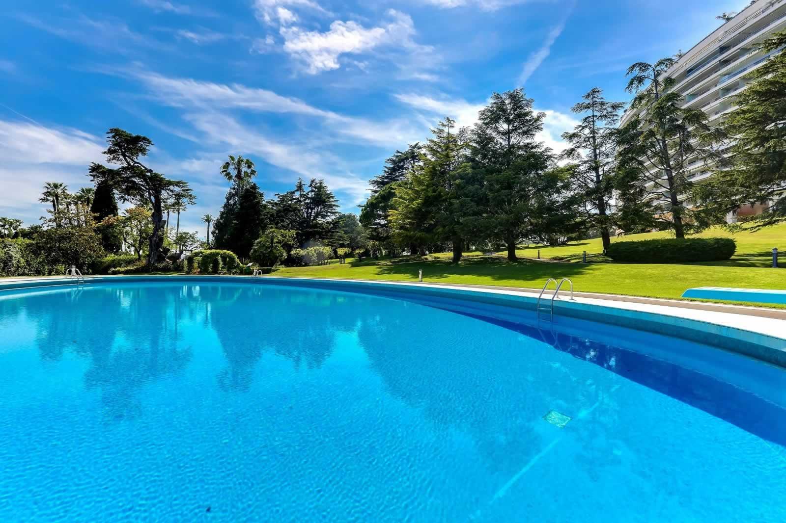 appartement-prestigieux-vue-mer-panoramique-a-vendre-parc-paysager-piscine-cave-terrasse-garage