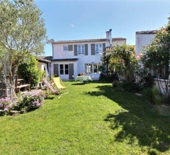 maison-charme-a-vendre-portes-en-re-cheminee-garage-preau-couvert