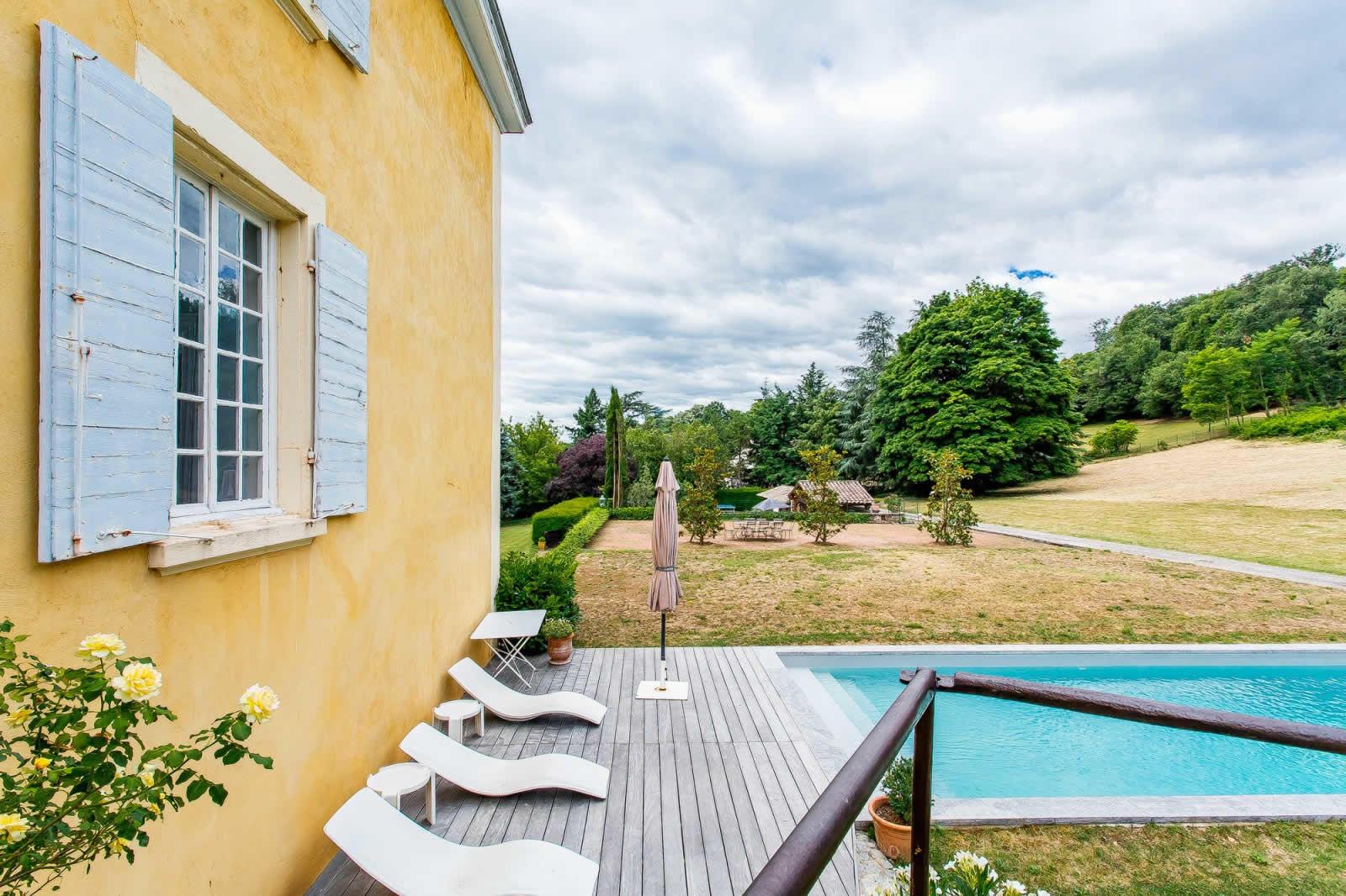 tres-belle-propriete-a-vendre-saint-genis-laval-veranda-jardin-piscine
