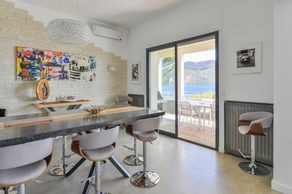 sublime-villa-a-vendre-cassis-jardin-paysager-grandes-baies-vitrees-piscines-vue-cap-canaille
