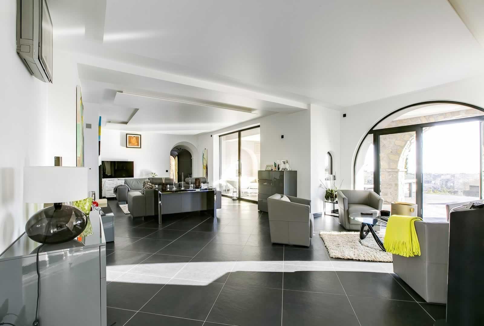 exceptionnelle-villa-neo-contemporaine-a-vendre-mougins-terrasse-buanderie-cheminee-piscines