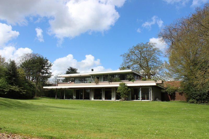 maison-contemporaine-classee-monuments-historiques-francais-a-vendre-croix-cheminee-jardin-garage