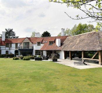 tres-belle-propriete-a-vendre-rhode-saint-genese-cheminee-piscine-interieure-jardin-garage-ascenseur-voiture