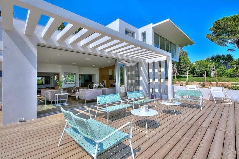 belle-villa-contemporaine-a-louer-croix-des-gardes-terrasse-piscine-chauffee-vue-panoramique