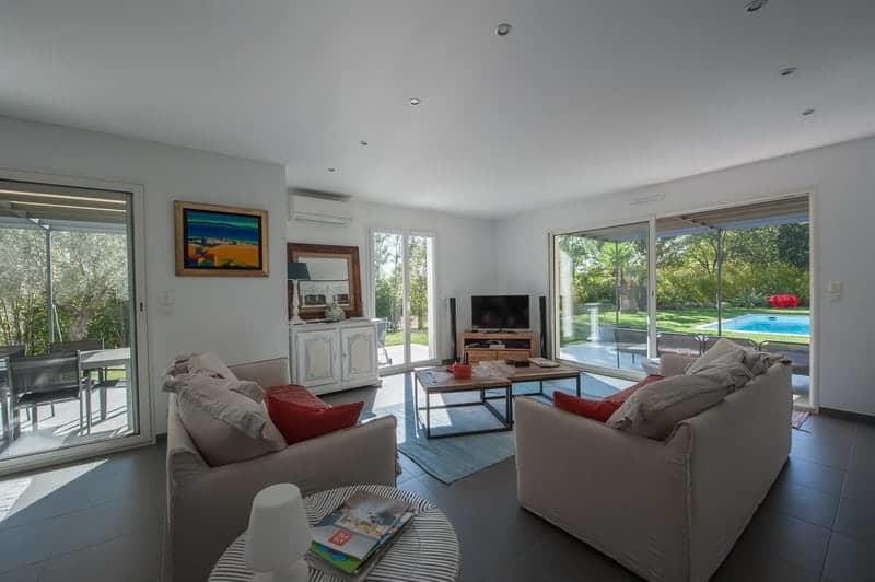 maison-a-vendre-grimaud-petite-residence-calme-securisee-piscine-terrasses-exterieures-garage