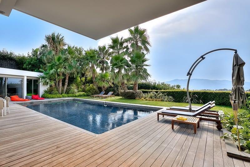 villa-contemporaine-a-louer-quartier-calme-croix-des-gardes-piscine-vue-panoramique