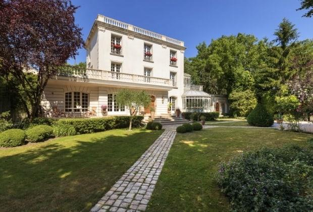 Elegant 20th Century House For Sale In The Residential Area Of