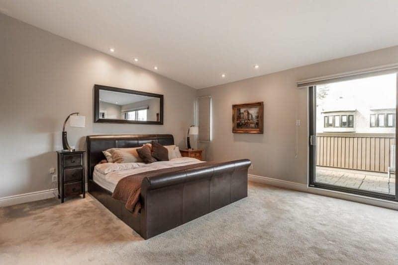 maison-architecte-a-vendre-cote-saint-luc-montreal-grandes-baies-vitrees-salon-lumineux-jardin-prive-double-garage