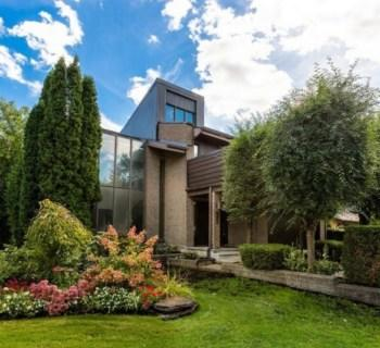 architectural-house-for-sale-cote-saint-luc-montreal-floor-to-ceiling-windows-bright-living-room-private-garden-double-garage