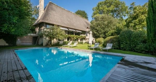 belle-chaumiere-normande-piscine-chauffee-jardin-paysager-cheminee