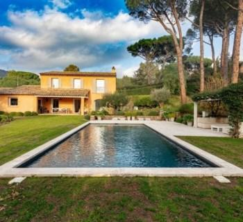 beautiful-villa-with-a-view-of-the-countryside-for-sale-near-grimaud-3-bedrooms-fireplace-landscaped-lawn-vegetable-garden-swimming-pool