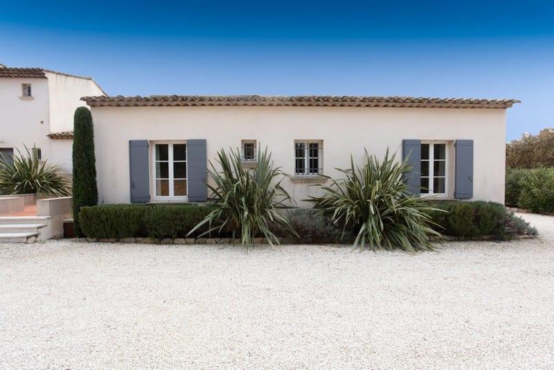 belle-bastide-a-vendre-quartier-calme-grimaud-terrasses-piscine-debordement-jardin-paysager