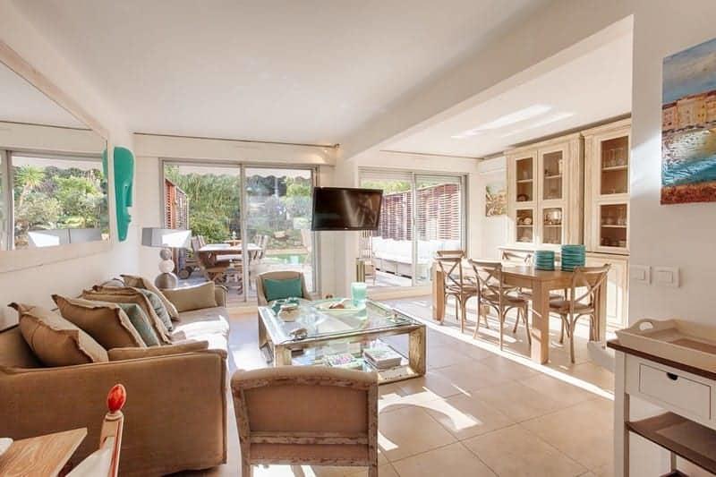 duplex-rez-de-jardin-meuble-renove-a-vendre-immeuble-residentiel-terrasse-grande-piscine