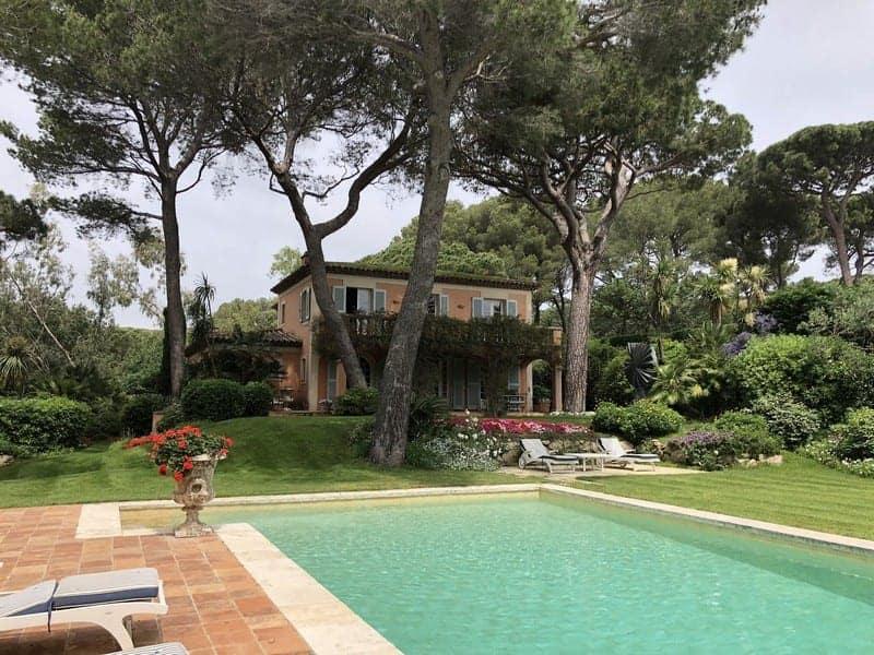 tres-belle-bastide-provencale-a-vendre-ramatuelle-parc-paysager-piscine-chauffee-terrasses-garage