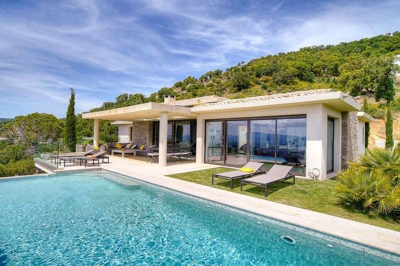 villa-style-contemporain-vue-imprenable-a-vendre-quartier-residentiel-grimaud-terrasse-piscine-garage-double