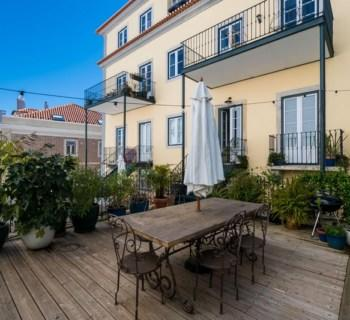 sublime-apartment-beautiful-garden-for-sale-residential-neighborhood-graca-renovated-building-parking