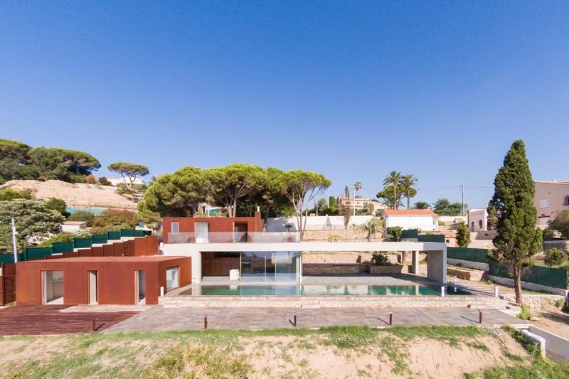 villa-contemporaine-a-vendre-vallauris-terrasse-vue-mer-piscine-miroir-garage