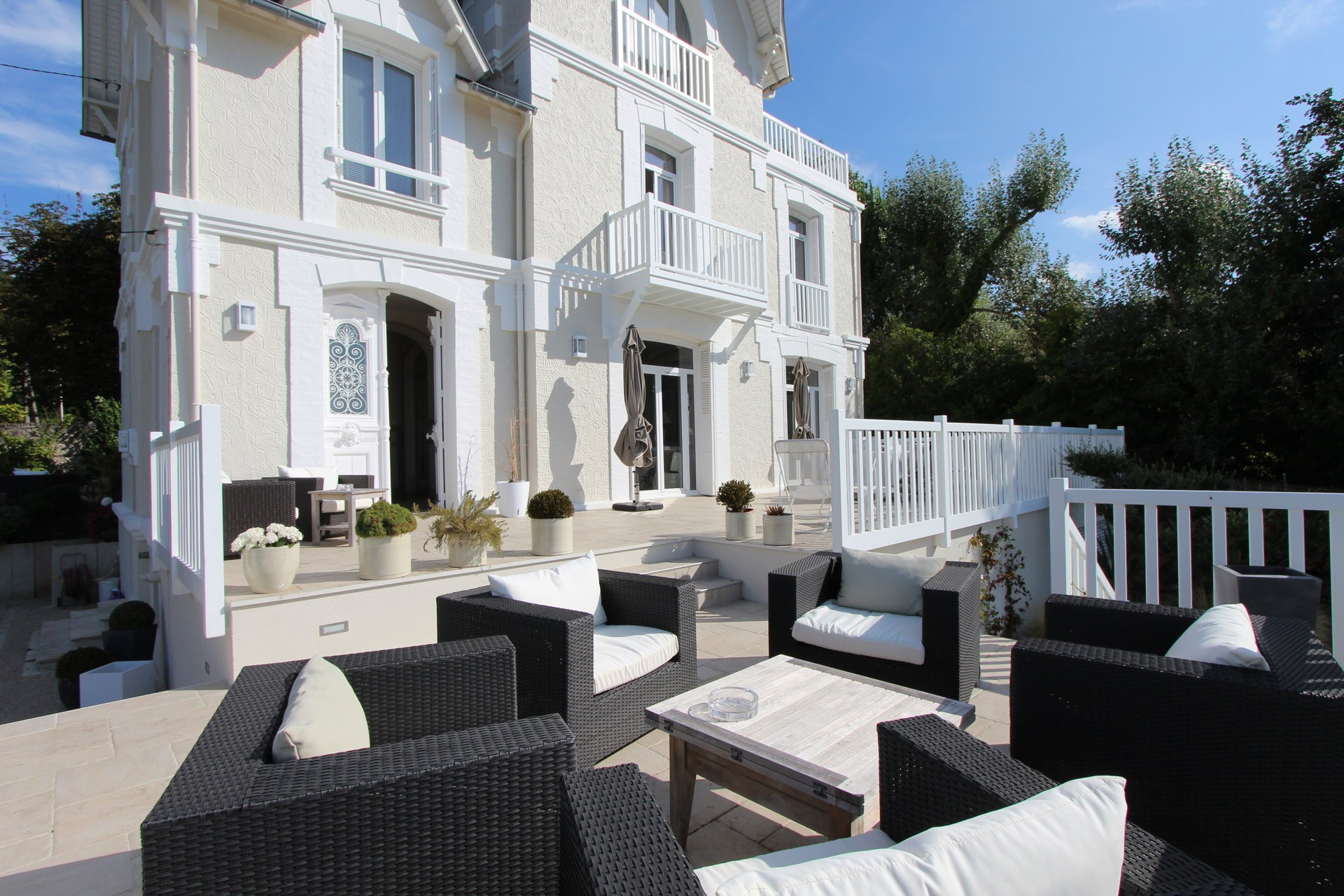 beautiful-fully-renovated-anglo-norman-villa-for-sale-trouville-sur-mer-beautiful-terraces-sea-garden-views-cellar-with-boiler-room-laundry-room