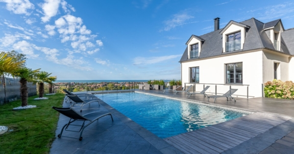 contemporary-house-for-sale-panoramic-sea-view-fireplace-terrace-heated-pool-landscaped-garden