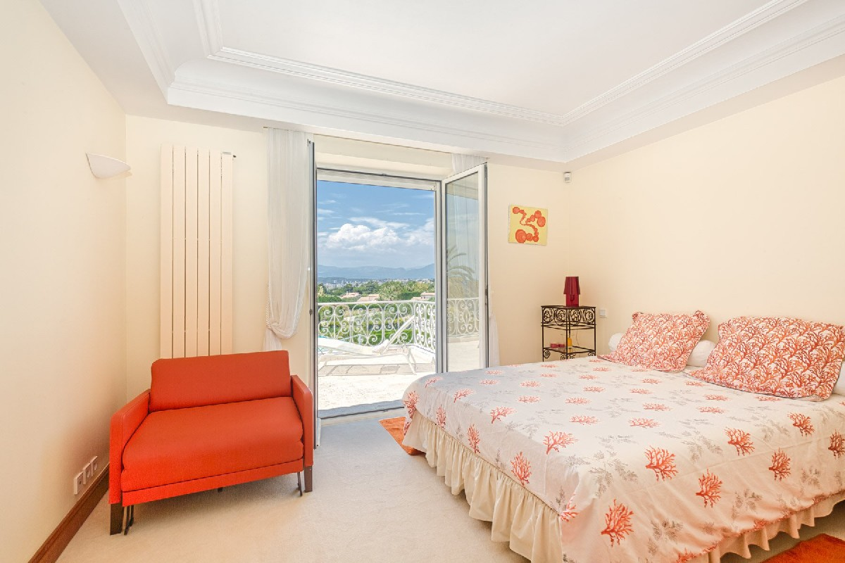 superbe-villa-a-vendre-hauteurs-antibes-terrasse-vue-mer-piscine-debordement-garage-parking