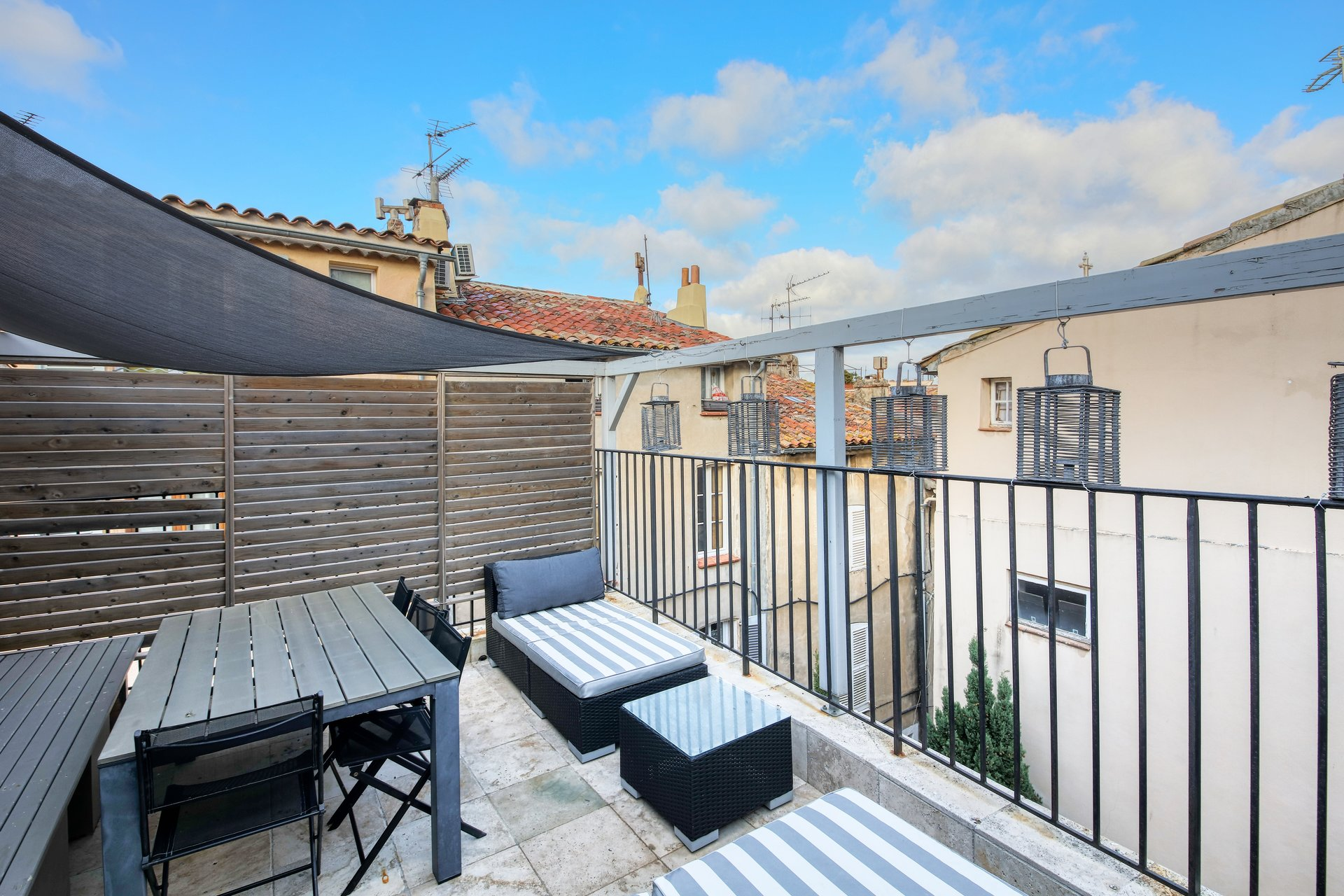 belle-maison-village-renovee-terrasse-tropezienne-air-conditionne-alarme