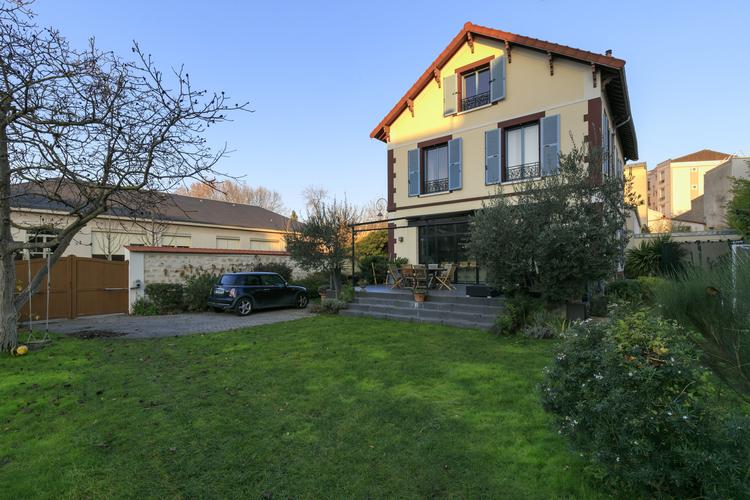maison-familiale-idealement-situee-quartier-garenne-colombes-entierement-renovee-cheminee-terrasse-jardin-poutres-apparentes-larges-baies-vitrees