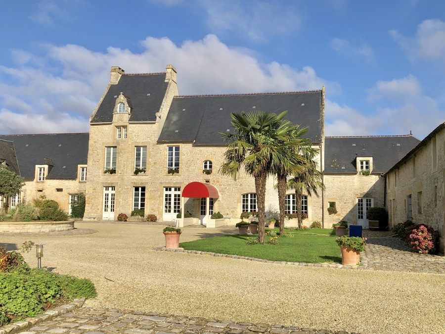 tres-beau-manoir-a-vendre-bayeux-piscine-jacuzzi-grand-patio-grand-parking