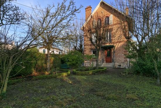 belle-maison-ancienne-style-meuliere-cachet-a-vendre-vesinet-jardin-garage-parquets-moulures-cheminees