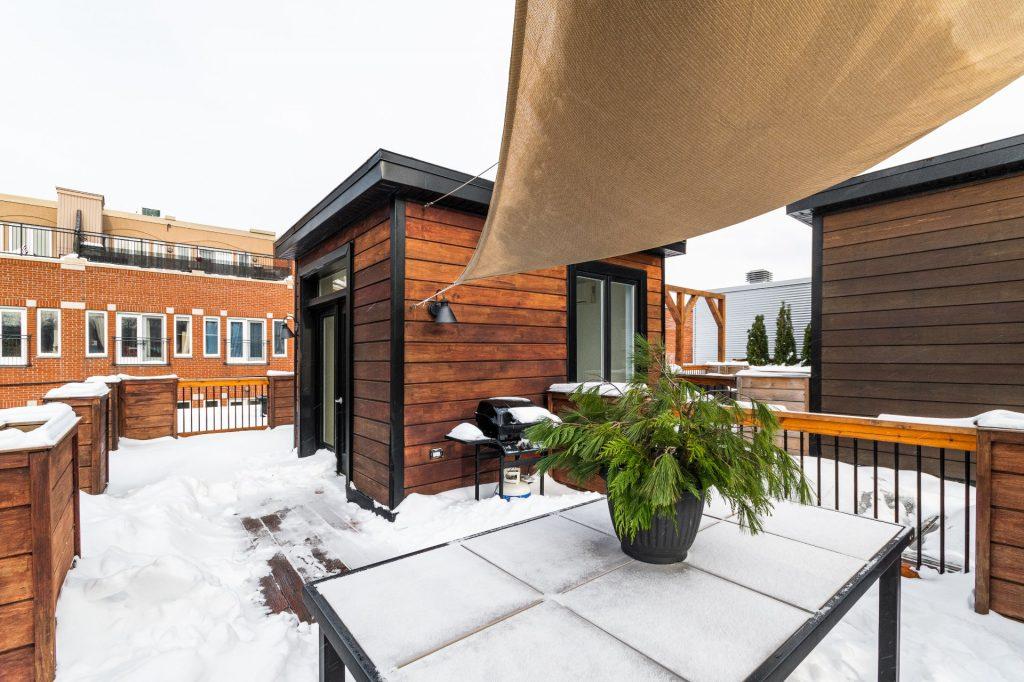 luxueuse-propriete-a-vendre-plateau-mont-royal-montreal-bibliotheque-encastree-mur-brique-terrasse-toit-cellier