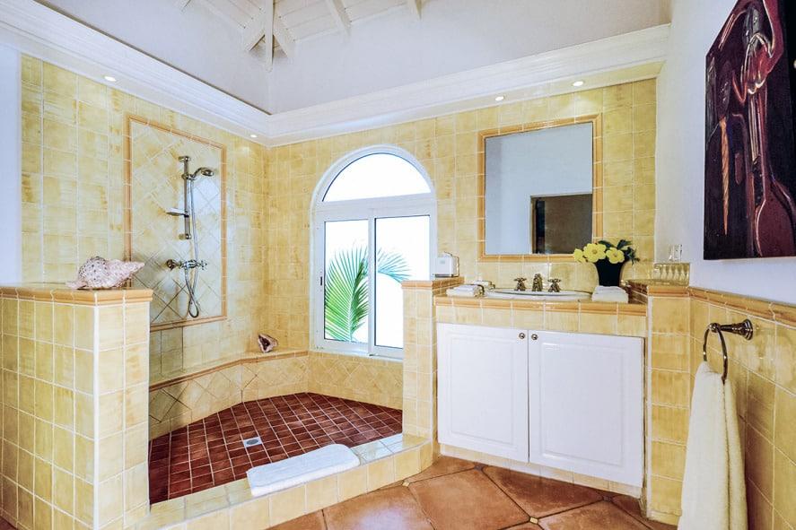 magnifique-villa-a-louer-st-martin-surplombant-baie-longue-piscine-debordement-cottage-independant