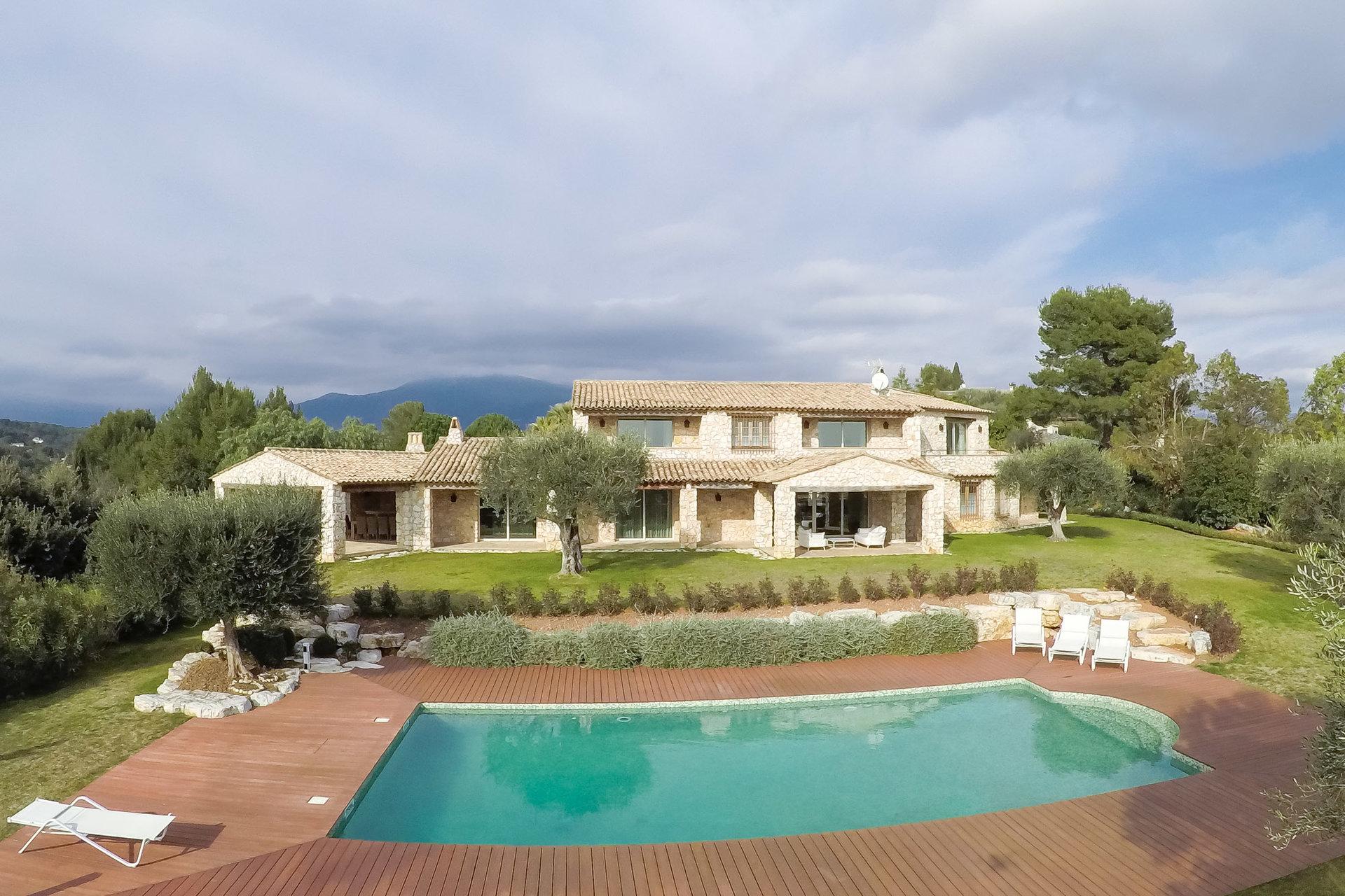 majestueuse-propriete-a-vendre-roquefort-les-pins-beaux-volumes-belle-luminosite-terrain-paysager-piscine-garages