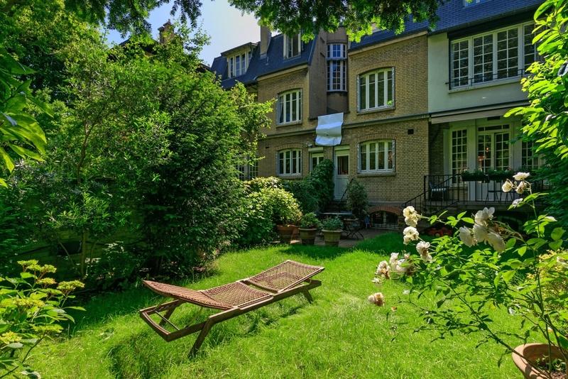 hotel-particulier-debut-xxeme-traversant-rue-jardin-jardin-calme-arbore-cave-vin