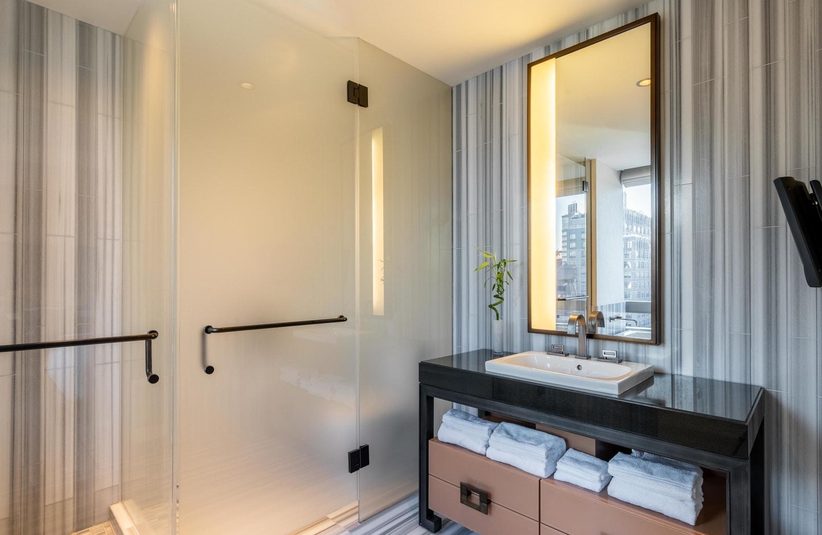 studio-luxe-a-vendre-immeuble-standing-dominick-soho-manhattan-entierement-meuble-baies-vitrees-vue-imprenable