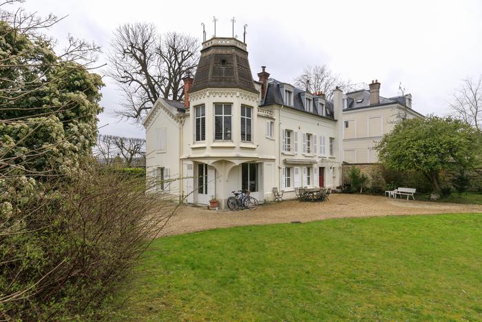 belle-propriete-a-vendre-croissy-sur-seine-vaste-jardin-paysager-arbore-garage-double-terrain-piscinable