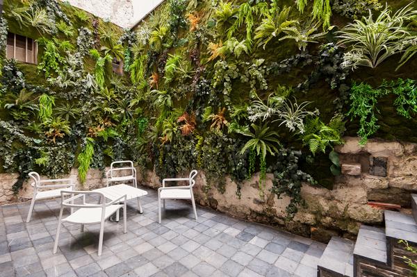 tres-beau-duplex-traversant-entierement-renove-architecte-a-vendre-patio-nombreux-rangements-mobilier-neuf-haut-de-gamme