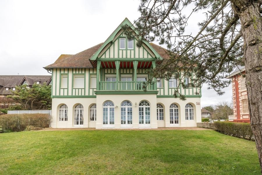villa-exceptionnelle-a-vendre-caractere-epoque-balcon-vue-mer-entresol
